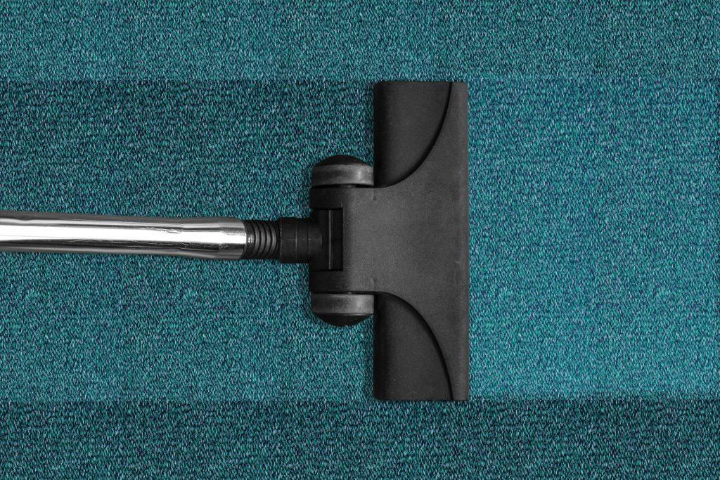 Staubsauger auf Teppichboden